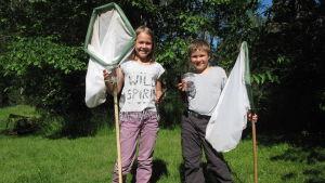 Emelie och Arvid Munsterhjelm poserar med insektshåvar.