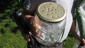 En glasburk med lufthål i locket, bra att samla insekter i.