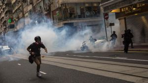 Kravallpolis avfyrar tårgas mot demonstranter i Hongkong 1.7.2020