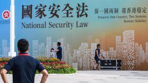 Affischer som  gör reklam för den nya nationella säkerhetslagen i Hongkong