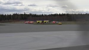 Räddningsfordon brevid ett övningsflygplan som försökt landa.