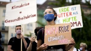 Människor med plakat i händerna.