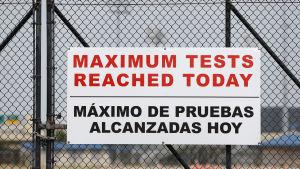En skylt vid ett testningscenter i Huston, Texas uppger att maximala antalet tester som kan utföras på en dag redan har uppnåtts.