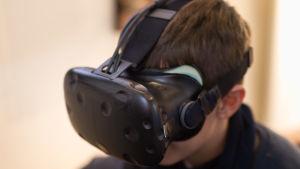 Pojke med VR-glasögon.