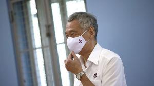 Lee Hsien Loong i ansiktsskydd.