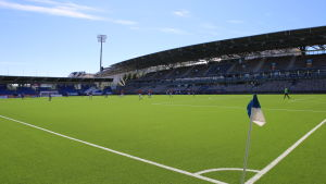Fotbollsmatch på ett soligt Tölö fotbollsstadion.