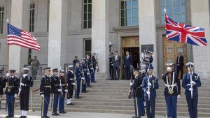 USA:s försvarsminister Mark Esper (till vänster uppe på trappan) träffade sin brittiska kollega Ben Wallace i Pentagon den 3 mars 2020.