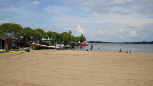 Uimareita ;essilän uimarannalla