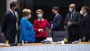Charles Michel omgiven av EU-ledare