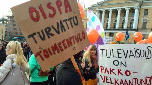 Protester mot nedskräningarna i studiestödet på Senatstorget i Helsingfors.