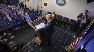 President Trump konstaterade att både Fauci och Vita husets coronaexpert Deborah Birx verkar populära bland amerikanerna. De medverkade inte i presskonferensen på tisdagen.
