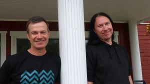 Ove Simosas till vänster, Kjell Simosas till höger. Båda står och ser glada ut.