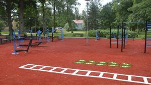 Motionsredskap i en motionspark.
