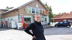 Ragna-Lise Karlsson framför sin bybutik SkafferiETT i Bromarf.