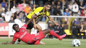 FC Inters Anthony Annan (liggande) och FC Honkas Borjas Martín i en duell i en ligamatch i juli.