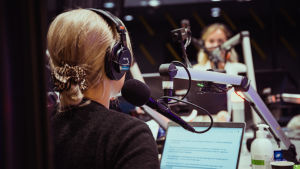 Två programledare i radiostudion.