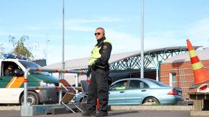 Rajavartija seisoo tarkastuspisteellä Ruotsin ja Suomen rajalla Torniossa.