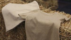 tröja och kjol gjorda av halm