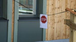 Ett stopmärke är upphängt framför en ramp.