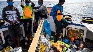 Över 350 migranter ombord på räddningsfartyget Sea-Watch 4. Fartyget väntar (30.8.2020) på att få gå in i hamn.