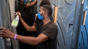 Migranter rengör och desinficerar toaletter och duschar ombord på fartyget Sea-Watch 4 som väntar på att få gå i hamn. 30.8.2020