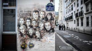 Poliser utanför Charlie Hebdos redaktion 7.1.2019 under en minnesceremoni