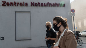 Navalnyjs hustru Julia anländer till Charite-sjukhuset i Berlin