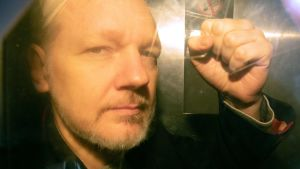 Julian Assange 1.5.2019 på väg till en rättegång i London