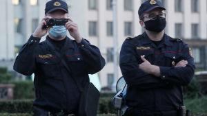 Två poliser i svart uniform