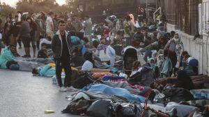 Människor från lägret Moria är utan hem och måste sova utomhus