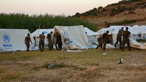 Grekiska soldater bygger upp ett nytt tältläger på Lesbos.