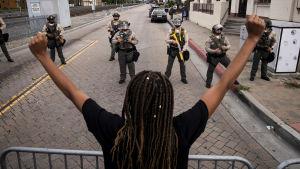 Den här bilden togs utanför polishögkvarteret i Compton den 28 juni, under en protest mot Guardados död.