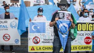 Demonstartion i Paris 16.8.2020 mot kinesiskt förtryck av uigurer.