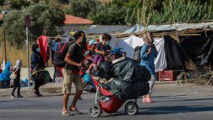 En av familjerna som var på väg mot det nya tältlägret på torsdagen.