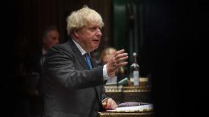 Boris Johnson står upp och talar i det Brittiska underhuset.