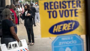 Vicepresidentkandidaten Kamala Harris talar vill väljare som förhandsröstar i Philadelphia.