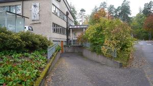 Jouren vid Raseborgs sjukhus, fotad utifrån. Höst