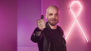 artisten Juha Tapio visar upp sin tumme