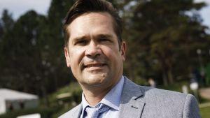 Porträtt på Mika Aaltola i kostym.