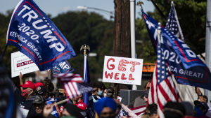 Männsikor samlade utanför militärsjukhuset Walter Reed där president Trump är intagen.