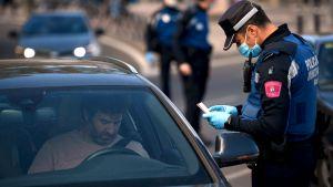 En polis granskar hur människor rör sig i Madrid 3.10.2020