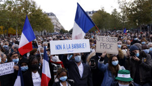 """Demonstranter protesterar mot terrorism, och bär skyltar där det står  """"Nej till barbari"""" och """"Jag är lärare"""" på  Place de la Republique i Paris 18.10.2020"""
