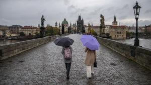 Kvinnor på en bro i Prag