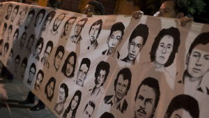 en banderoll med svart-vita ansiktsbilder på män och kvinnor