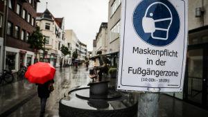 """En skylt med texten """"ansiktsskyddsplikt"""" på tyska"""
