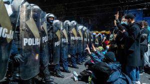 Demonstranter och kravallpolis i Warszawa 23.10.2020, utanför det hus där Jaroslaw Kaczynski, ledaren för regeringspartiet Lag och rättvisa (PIS) bor. Demonstration mot den nya abortlagen.