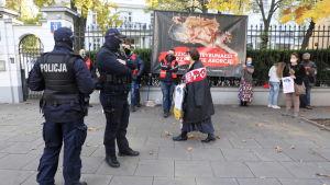 """""""Pro-life""""-demonstration till stöd för strängare abortlag, utanför författningsdomstolen 22.10.2020 i Warszawa."""