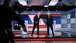 Demokraternas vänsterfalang ledd av Bernie Sanders, trycker på Joe Biden för att han ska inta en hårdare linje mot autokratiska ledare om han blir vald till president.