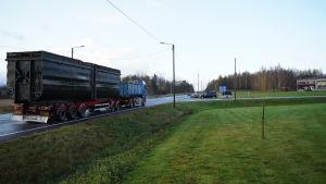Långtradare och personbilar vid korsningen riksväg 25 och västra omfartsvägen i Karis.