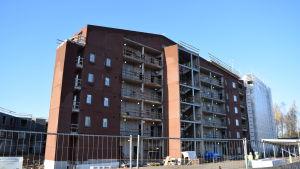 Här byggs ett våningshus med hyreslägenheter på mässområdet.